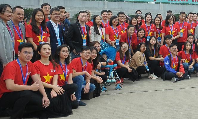 Đoàn Trí thức trẻ Việt Nam toàn cầu 2019 xuất hiện thành viên... nằm xe nôi - ảnh 1