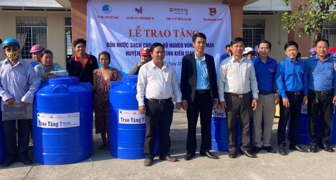 Tặng bồn chứa nước cho người dân vùng hạn mặn - ảnh 2