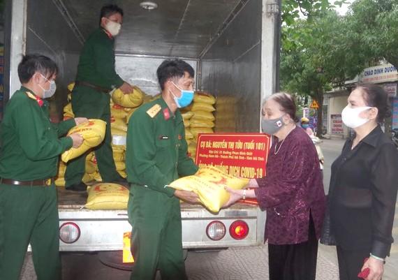 Rưng rưng quà quyên góp từ mẹ Việt Nam anh hùng, tuổi cao tinh thần chống dịch càng cao - ảnh 1