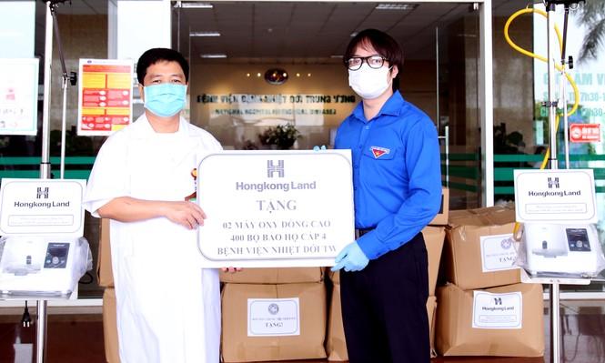 Tặng máy cấp oxy liều cao cho bệnh viện tuyến đầu chống dịch - ảnh 1