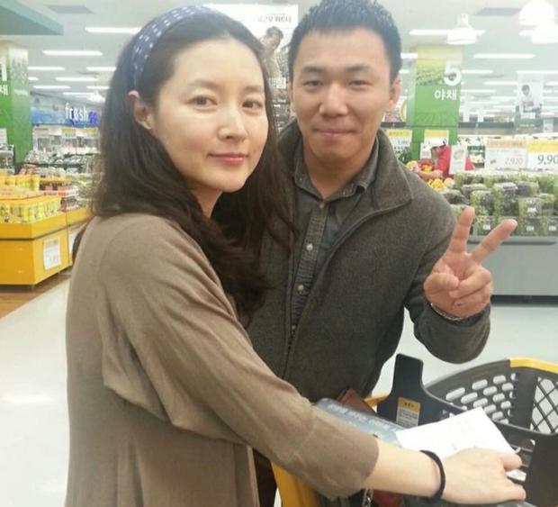 Để mặt mộc đi chợ, Dae Jang Geum Lee Young Ae lộ dấu hiệu lão hoá rõ rệt nhưng nhan sắc U50 vẫn khiến dân tình dậy sóng - Ảnh 2.