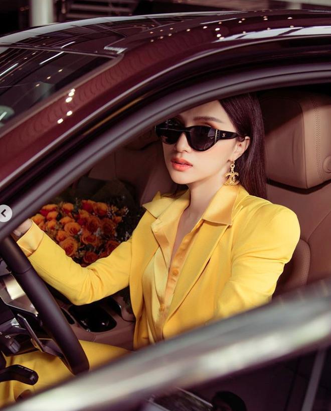 Hương Giang khoe xế hộp sang trọng mới tậu, bổ sung chiếc thứ 4 vào bộ sưu tập xe hơi tiền tỷ - Ảnh 2.