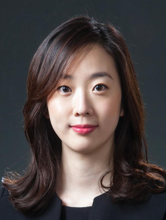 Rộ nghi vấn bạn gái tin đồn của Song Joong Ki đứng đằng sau hỗ trợ vụ chia tài sản với Song Hye Kyo - Ảnh 2.