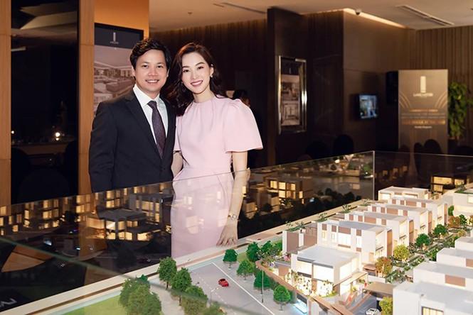 Hoa hậu Đặng Thu Thảo sinh năm 1991, là phu nhân của doanh nhân Nguyễn Trung Tín - Tổng giám đốc của một tập đoàn bất động sản nổi tiếng. Không chỉ thừa hưởng khối tài sản đồ sộ từ gia đình, Nguyễn Trung Tín còn xây dựng được sự nghiệp riêng thành công. Anh sinh năm 1987, từng được tạp chí Forbes Việt Nam vinh danh là một trong 30 gương mặt dưới 30 tuổi thành đạt.