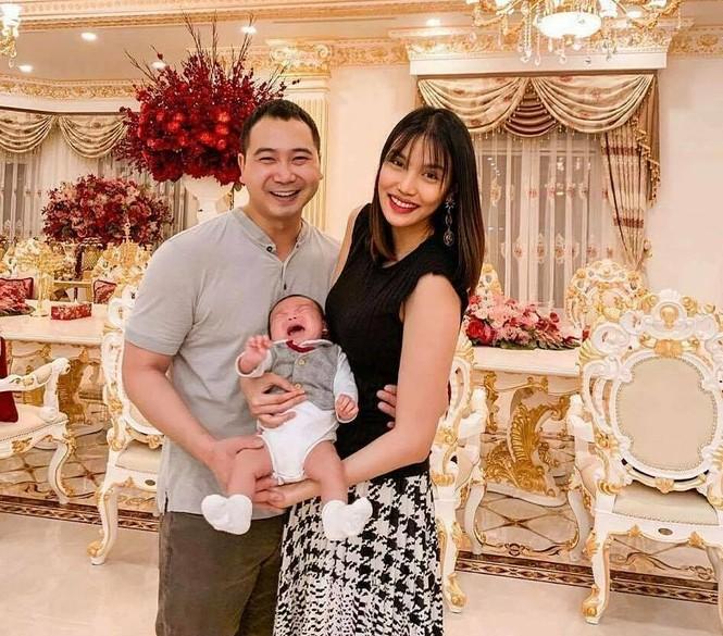 Cặp đôi đón con trai đầu lòng Connor hồi tháng 11/2019. Từ ngày làm mẹ, Lan Khuê chủ yếu dành thời gian chăm sóc con và ít hoạt động showbiz. Bên cạnh đó, cô điều hành một doanh nghiệp riêng.