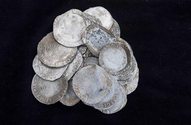 Dò kim loại vườn sau nhà, người đàn ông đào được 1061 đồng xu bạc cổ trị giá hàng tỷ VND - ảnh 3