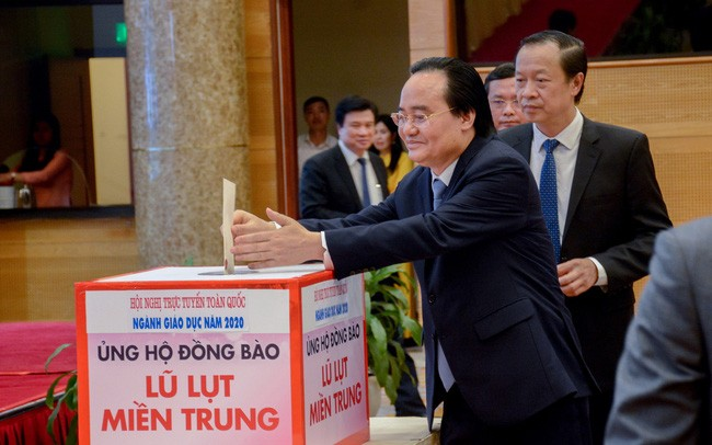 Lãnh đạo Bộ GD - ĐT quyên góp, ủng hộ đồng bào miền Trung - ảnh 2