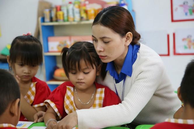Niềm vui của cô giáo trẻ vùng cao là thấy các em đến lớp đông đủ  - ảnh 1