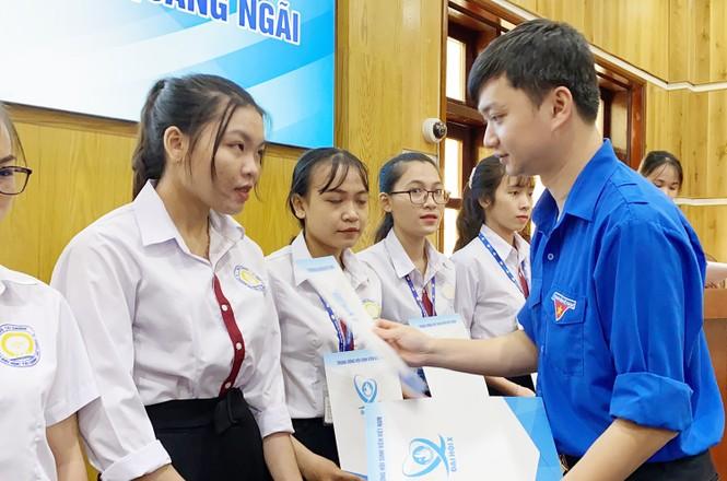 T.Ư Hội Sinh viên Việt Nam trao tặng học bổng tiếp sức học sinh, sinh viên miền Trung - ảnh 1