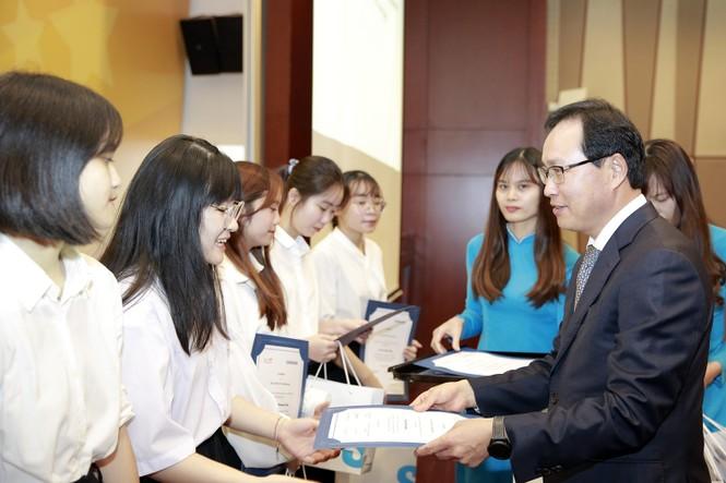 Tặng 135 suất học bổng cho sinh viên chuyên ngành tiếng Hàn - ảnh 1