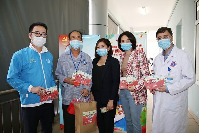 Nhiều phần quà ý nghĩa dành cho bệnh nhân về quê đón Tết - ảnh 1
