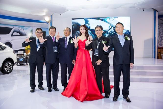 Hoa hậu Kỳ Duyên khoe vai trần gợi cảm - ảnh 4