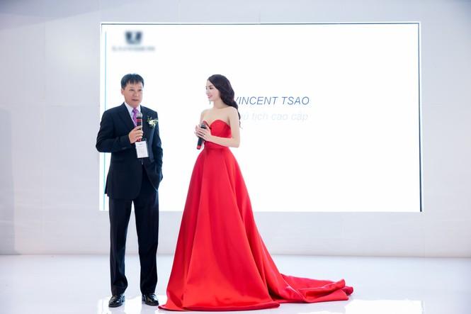 Hoa hậu Kỳ Duyên khoe vai trần gợi cảm - ảnh 2
