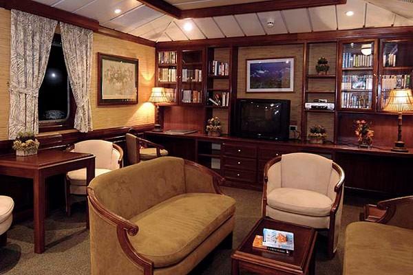 Bỏ mặc Chelsea, Abramovich thư giãn trên du thuyền đắt nhất thế giới - ảnh 9