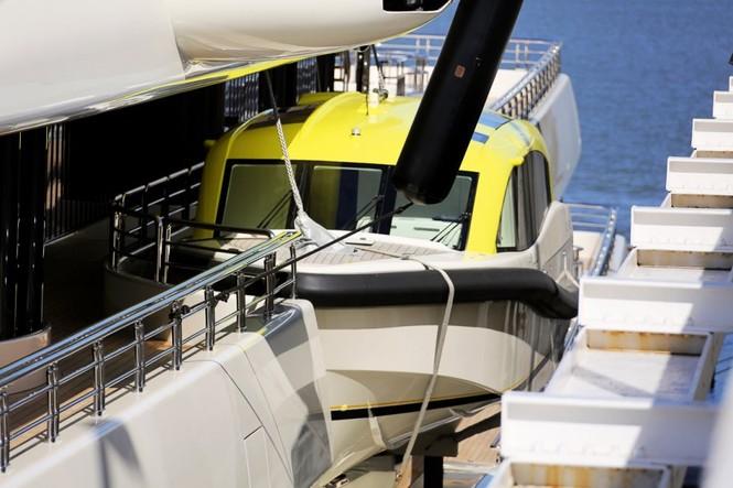 Bỏ mặc Chelsea, Abramovich thư giãn trên du thuyền đắt nhất thế giới - ảnh 12