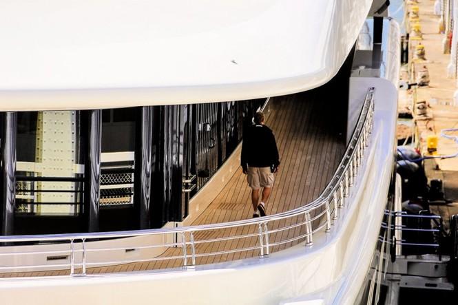 Bỏ mặc Chelsea, Abramovich thư giãn trên du thuyền đắt nhất thế giới - ảnh 13