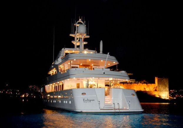 Bỏ mặc Chelsea, Abramovich thư giãn trên du thuyền đắt nhất thế giới - ảnh 16