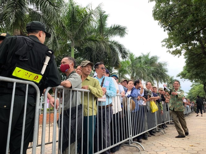 Hàng trăm thương binh xếp hàng mua vé cổ vũ trận Việt Nam - UAE - ảnh 3