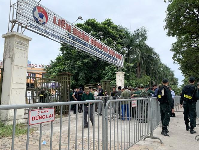 Hàng trăm thương binh xếp hàng mua vé cổ vũ trận Việt Nam - UAE - ảnh 1