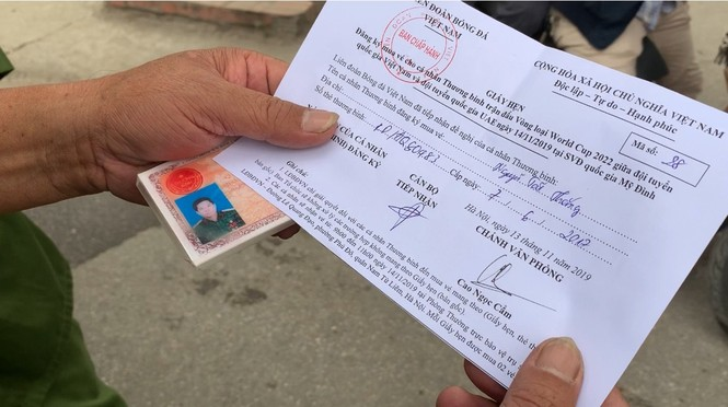 Hàng trăm thương binh xếp hàng mua vé cổ vũ trận Việt Nam - UAE - ảnh 5