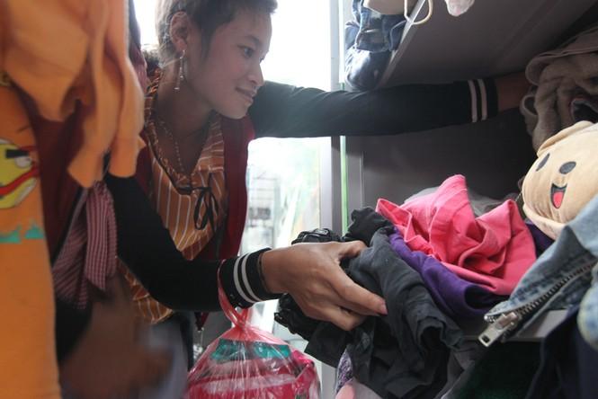 Mang bao tải đi nhận quần áo 0 đồng trong ngày Hà Nội giá rét - ảnh 5