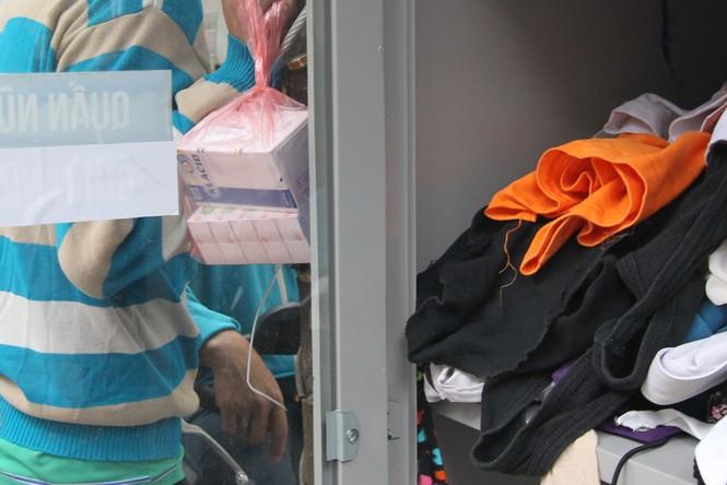 Mang bao tải đi nhận quần áo 0 đồng trong ngày Hà Nội giá rét - ảnh 7