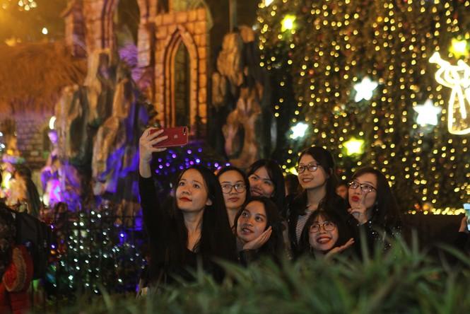 """Người Hà Nội đổ xô """"check in"""" đón Giáng sinh tại các nhà thờ - ảnh 2"""
