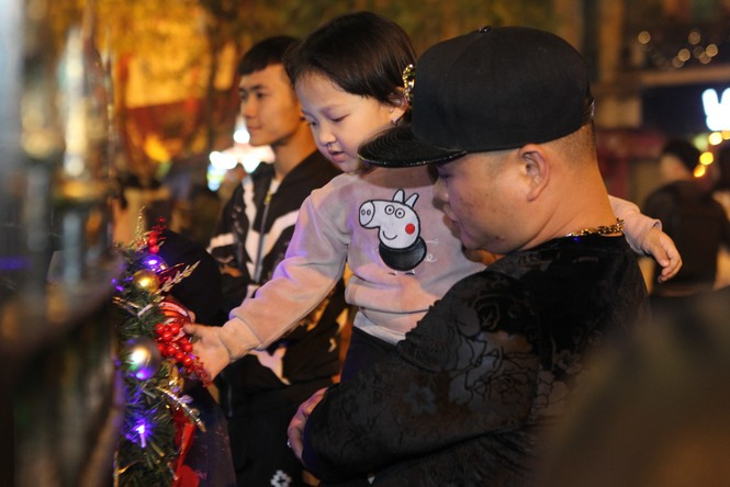 """Người Hà Nội đổ xô """"check in"""" đón Giáng sinh tại các nhà thờ - ảnh 3"""