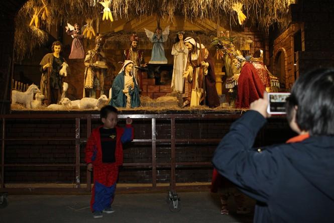 """Người Hà Nội đổ xô """"check in"""" đón Giáng sinh tại các nhà thờ - ảnh 7"""