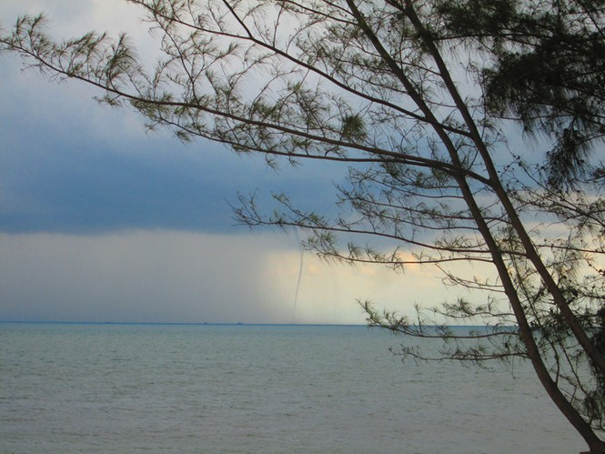 Hiện tượng thời tiết độc đáo: Vòi rồng xuất hiện trên biển  - ảnh 2