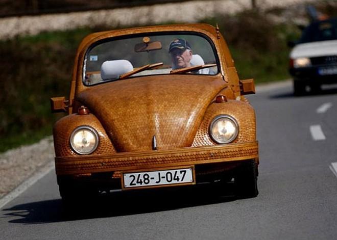 Cụ ông 71 tuổi mặc 'áo gỗ' cho xe - ảnh 1