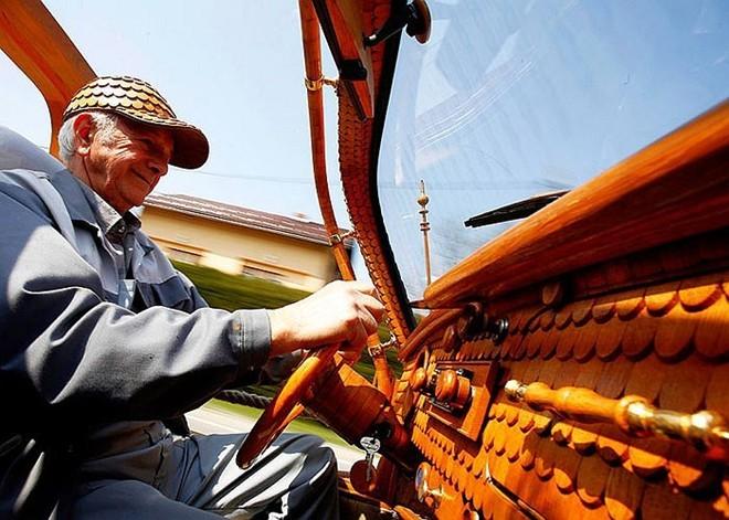 Cụ ông 71 tuổi mặc 'áo gỗ' cho xe - ảnh 6