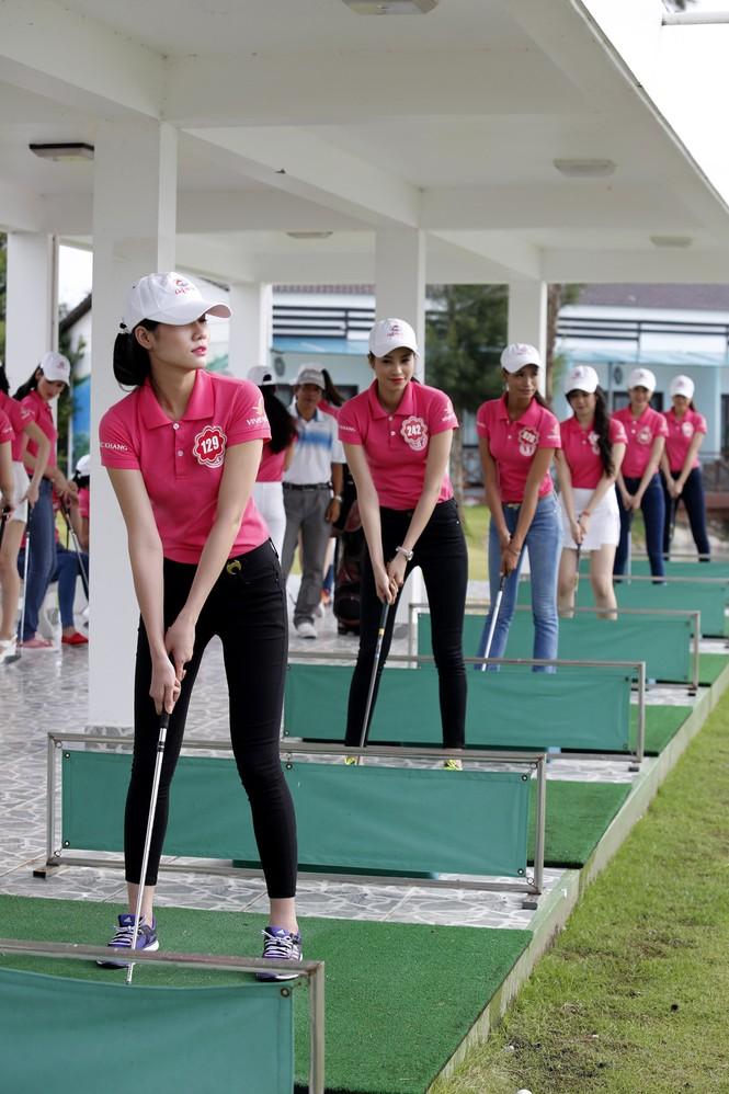 Thí sinh Hoa hậu Chung khảo phía Nam học đánh golf - ảnh 1