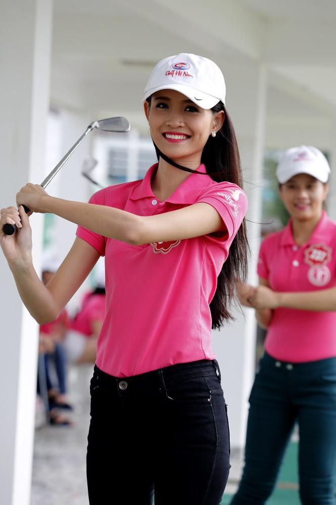 Thí sinh Hoa hậu Chung khảo phía Nam học đánh golf - ảnh 2