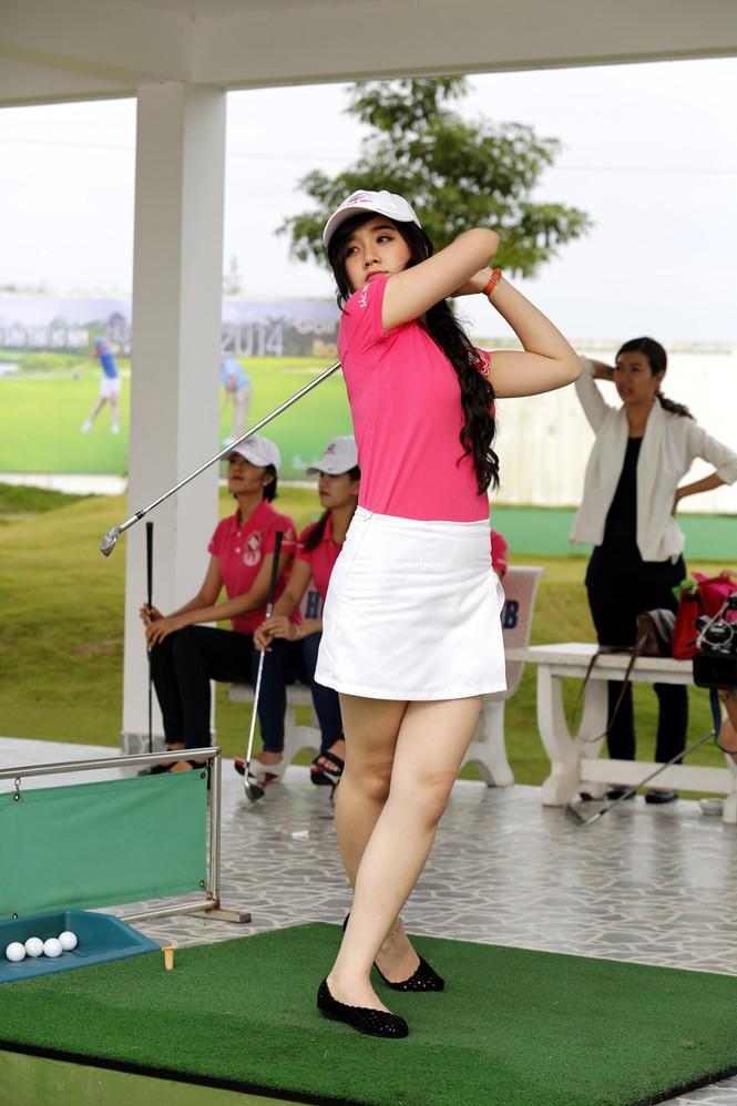 Thí sinh Hoa hậu Chung khảo phía Nam học đánh golf - ảnh 4