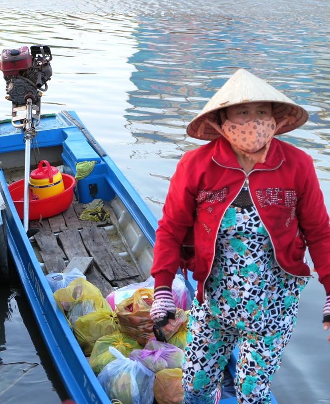 Hoa ở Cà Mau giảm giá chiều 30 Tết - ảnh 3