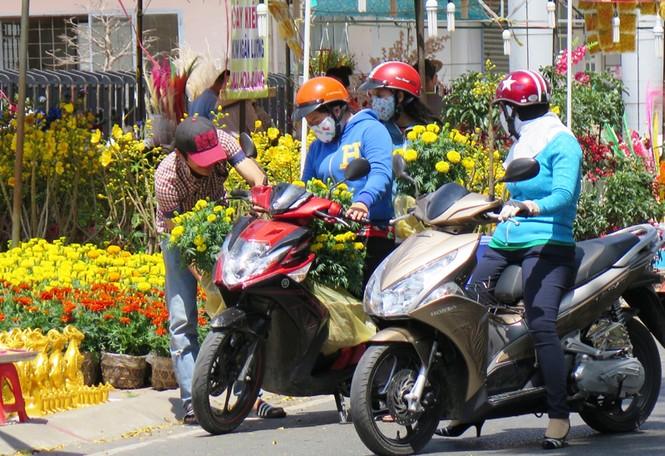 Hoa ở Cà Mau giảm giá chiều 30 Tết - ảnh 6