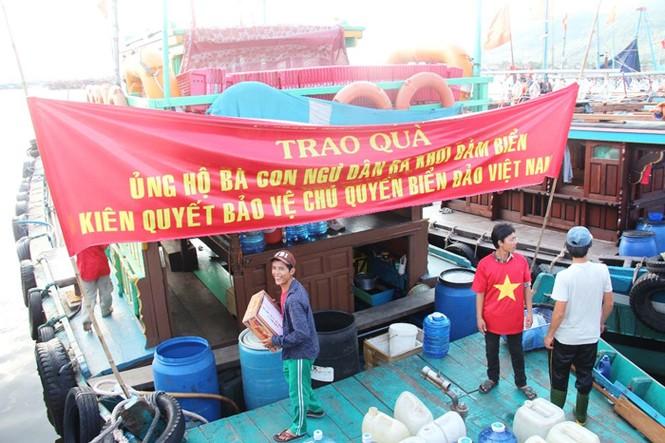 Xúc động hình ảnh ngư dân Đà Nẵng trước lúc ra khơi - ảnh 10