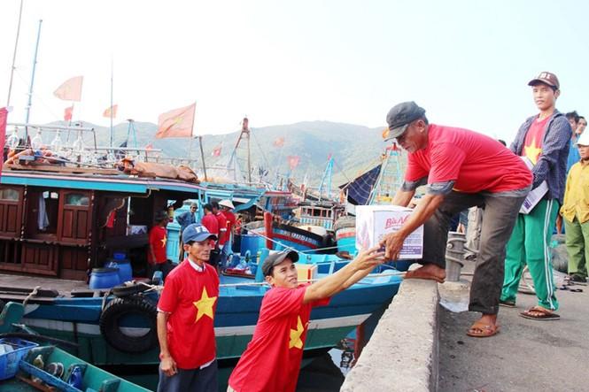Xúc động hình ảnh ngư dân Đà Nẵng trước lúc ra khơi - ảnh 6