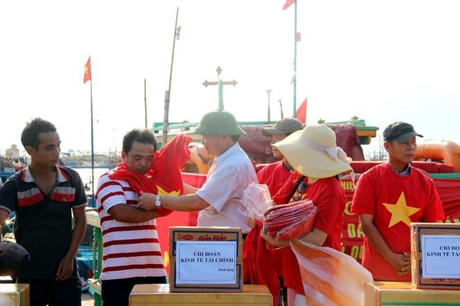 Xúc động hình ảnh ngư dân Đà Nẵng trước lúc ra khơi - ảnh 1