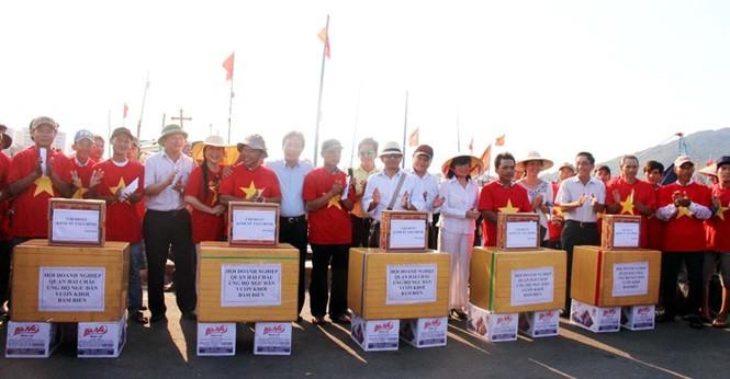 Xúc động hình ảnh ngư dân Đà Nẵng trước lúc ra khơi - ảnh 4