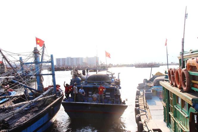 Xúc động hình ảnh ngư dân Đà Nẵng trước lúc ra khơi - ảnh 9