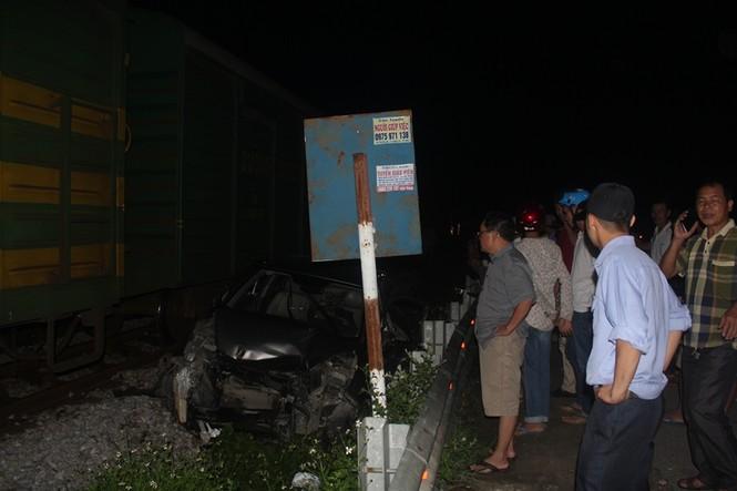 Ô tô bị tàu hỏa tông nát bét, tài xế thoát chết - ảnh 1