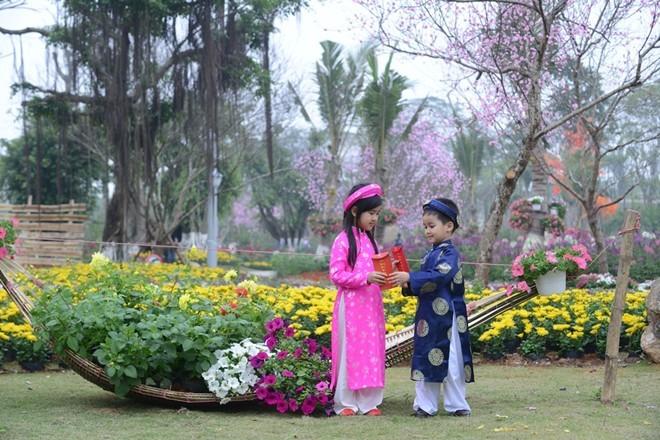 Công viên rực rỡ hoa xuân ở vùng ven Hà Nội - ảnh 2