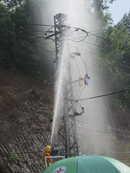 Phun nước áp lực cao rửa đường dây điện - ảnh 1