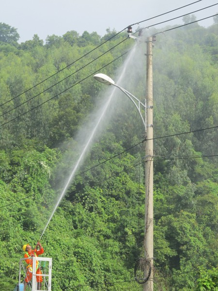 Phun nước áp lực cao rửa đường dây điện - ảnh 2