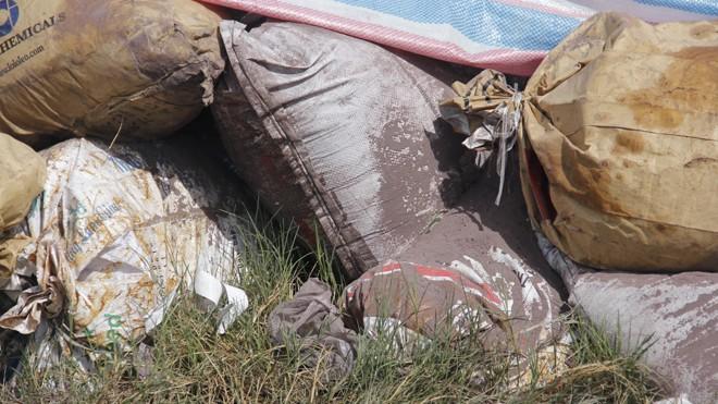 Công an lên tiếng vụ dân tố công ty chôn chất thải nghi độc hại - ảnh 2