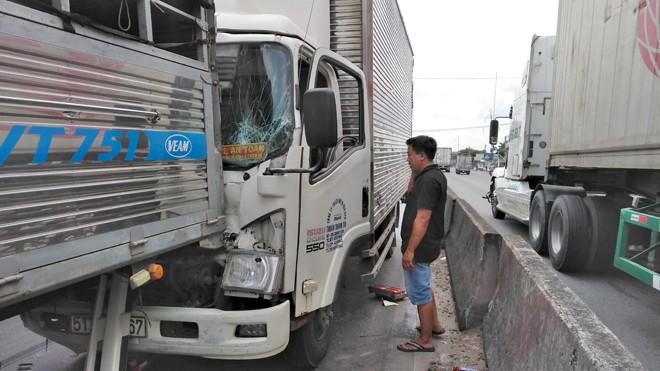 3 xe tải tông liên hoàn trên quốc lộ 1A, nhiều người hoảng loạn - ảnh 1