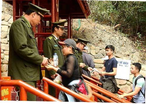 Người dân thắc mắc đi lễ chùa ở Yên Tử phải nộp phí - ảnh 1
