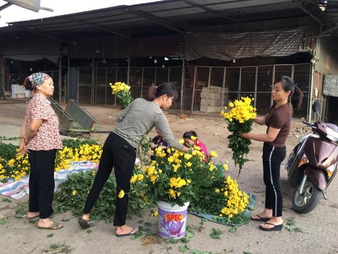 Rau xanh, hoa tươi ở Hà Nội rớt giá thê thảm sau Tết - ảnh 1